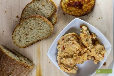 masło czosnkowe; masło czosnkowe z suszonymi pomidorami; grzanki z masłem czosnkowym; jak zrobić masło czosnkowe; masło czosnkowe przepis;