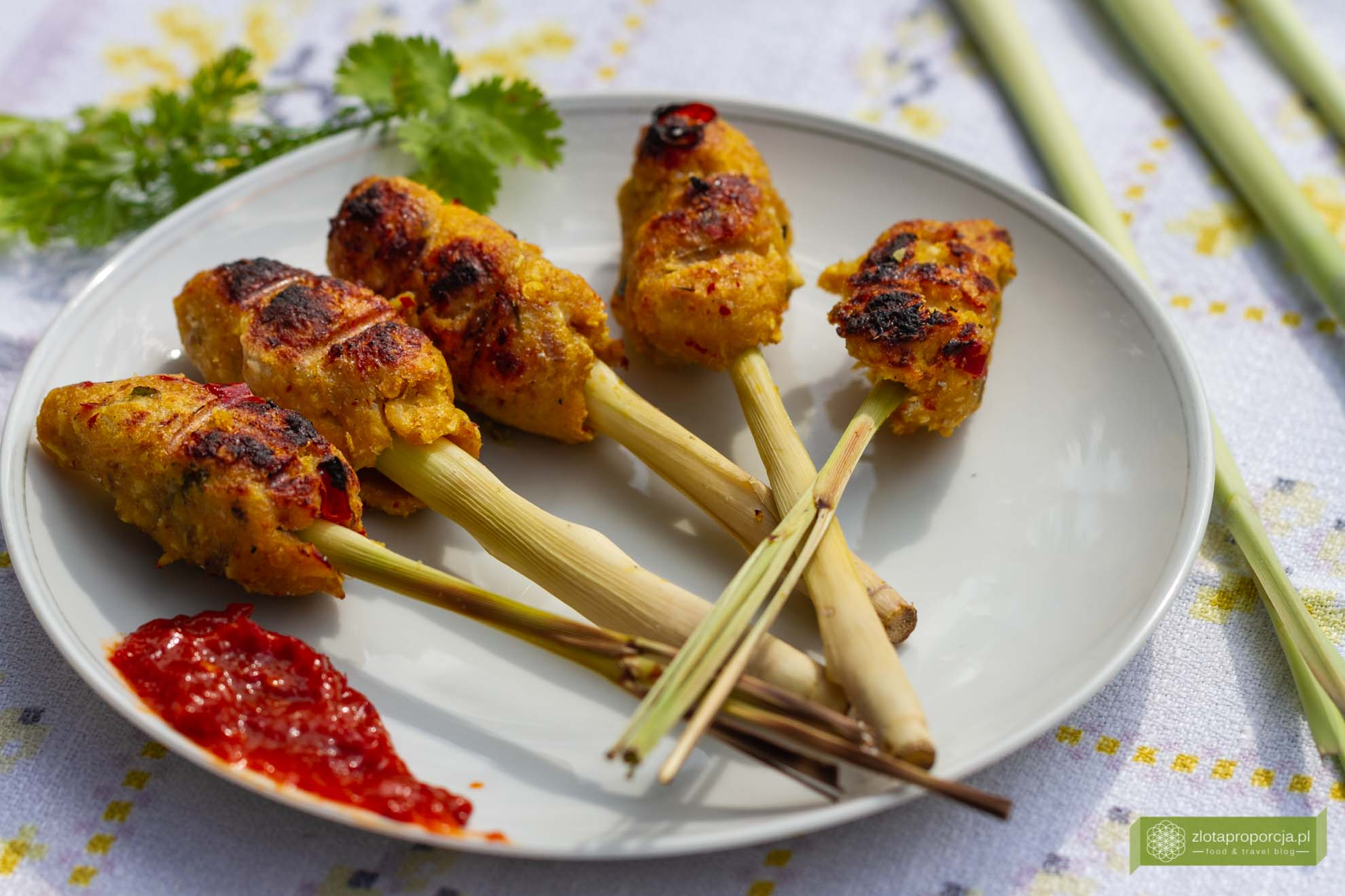 Sate Lilit Bali; indonezyjskie szaszłyki rybne; szaszłyki na trawie cytrynowej; szaszłyki z Bali' szaszłyki po indonezyjsku; kuchnia indonezyjska; kuchnia Indonezji; kuchnia Bali;