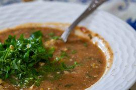 Gruzińska zupa pomidorowa z orzechami i świeżymi ziołami, zupa pomidorowa po gruzińsku, kuchnia gruzińska