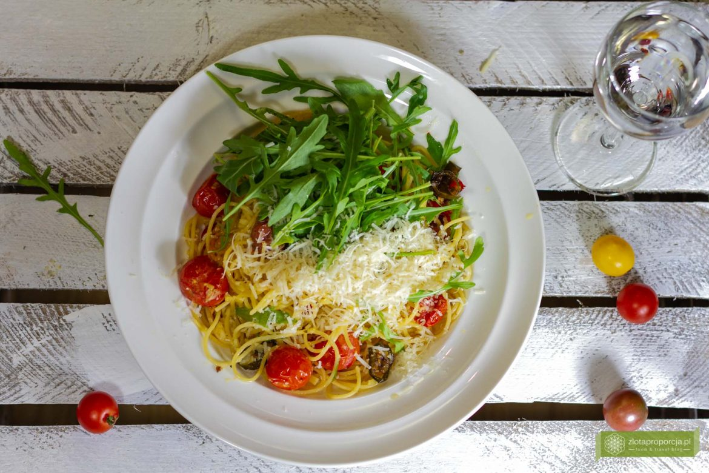 makaron z pomidrokami; makaron z grillowanymi pomidorkami; makaron z pomidrokami koktajlowymi; makaron aglio olio; makaron aglio olio z pomidorkami; makaron bez mięsa;