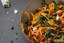 makaron z jarmużem; makaron z jarmużem i gorgonzolą; makaron z jarmużem i suszonymi pomidorami; kuchnia włoska;