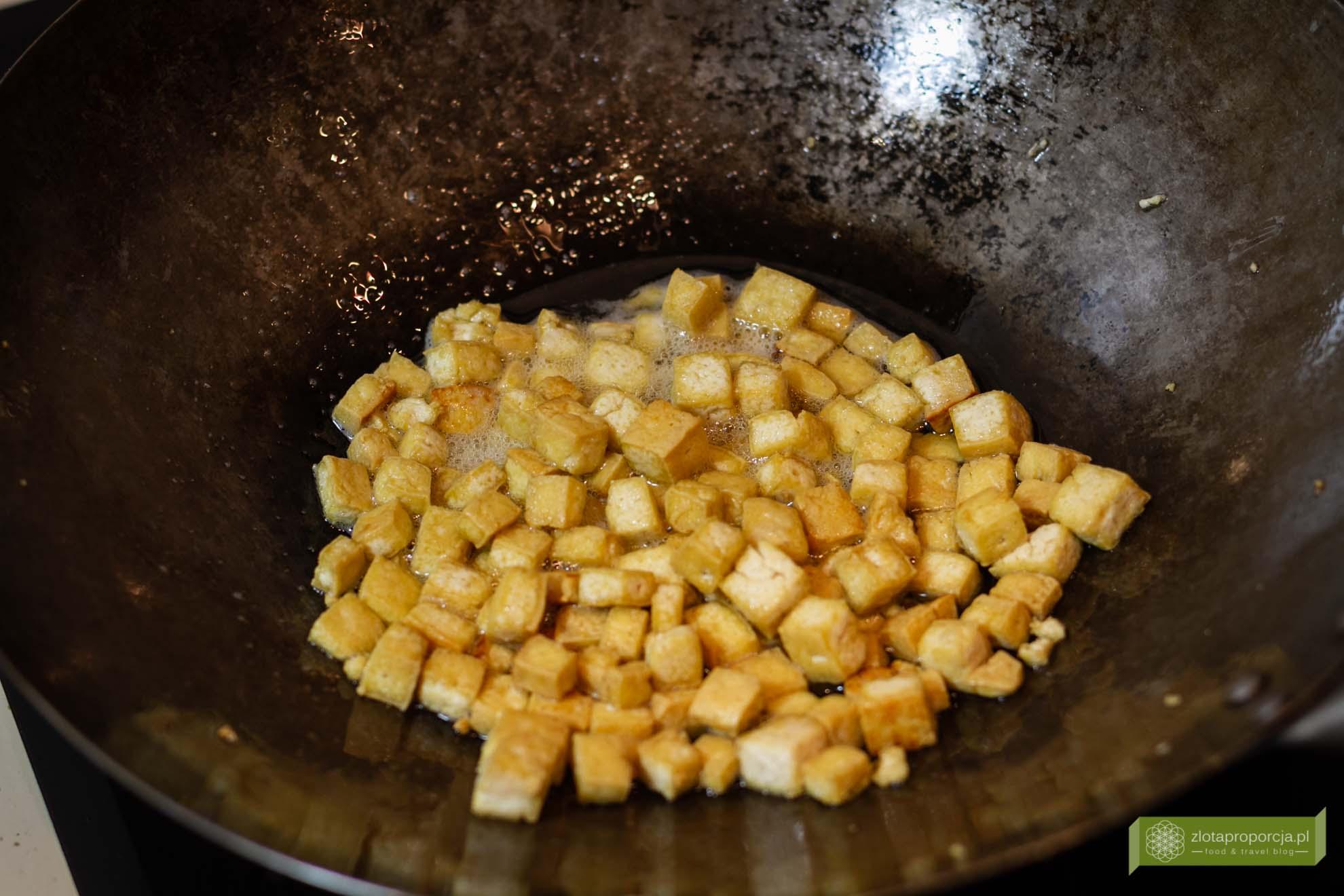 pad thai z krewetkami; pad thai z kurczakiem, potrawy tajskie; kuchnia tajska pad thai; makaron smazony po tajsku;
