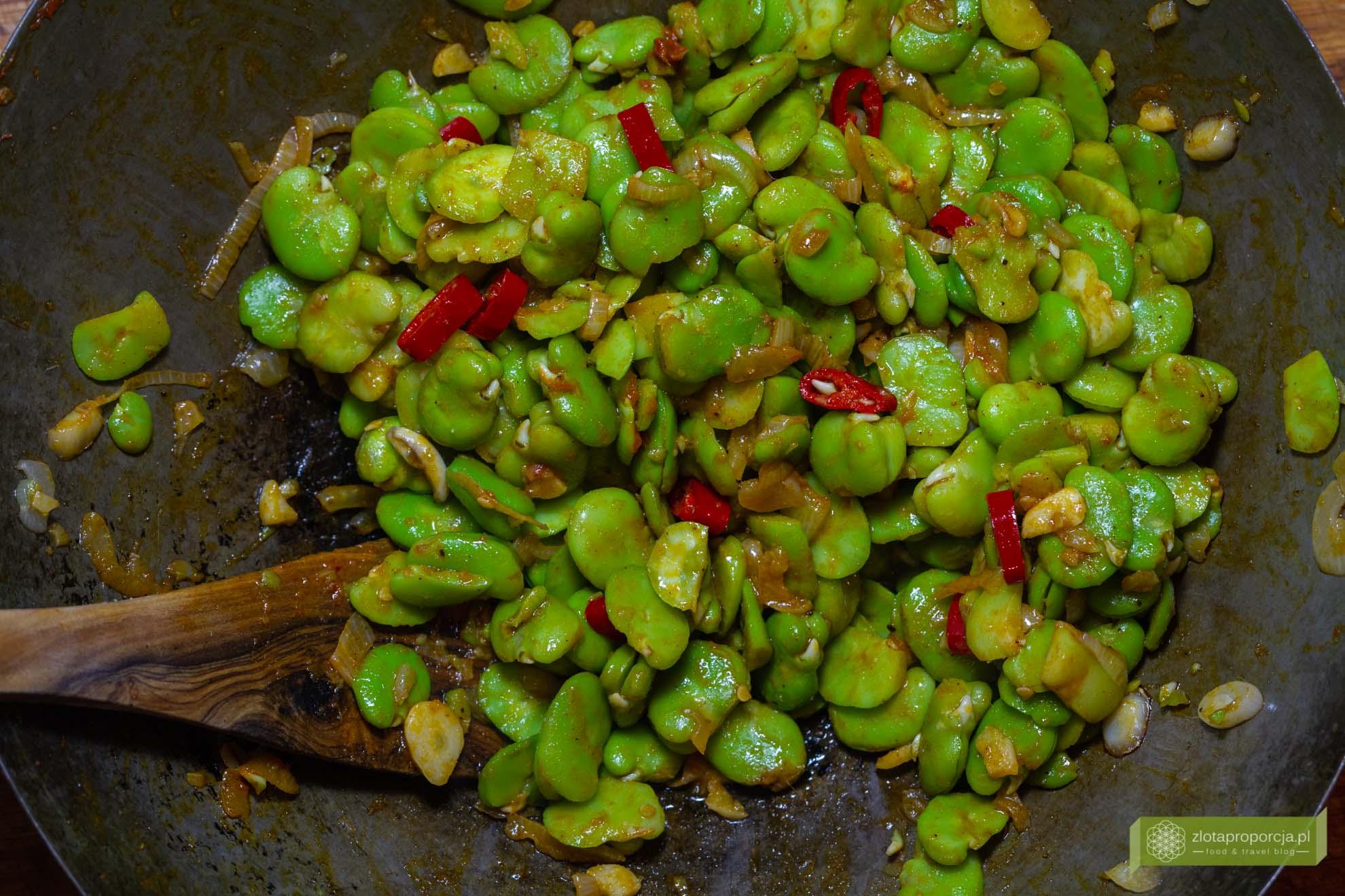 bób smażony po tajsku, kuchnia tajska, bób przepis, bób na ostro
