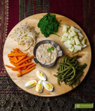 Gado Gado; sałatka gado gado; sałatka indonezyjska; kuchnia Indonezji; kuchnia indonezyjska; potrawy indonezyjskie;