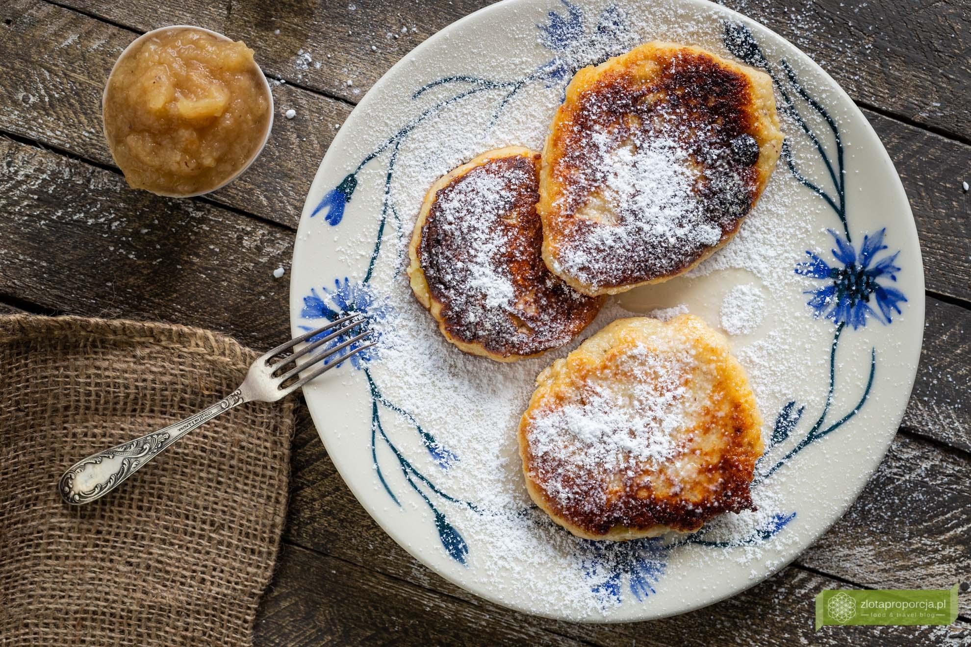 Quarkkeulchen, słodkie placki z ziemniaków i sera, placuszki z musem jabłkowym, kuchnia Saksonii, kuchnia niemiecka