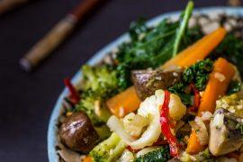 warzywa smażone po tajsku; warzywa z woka po tajsku; Phad phag ruam mit; kuchnia tajska; potrawy tajskie;