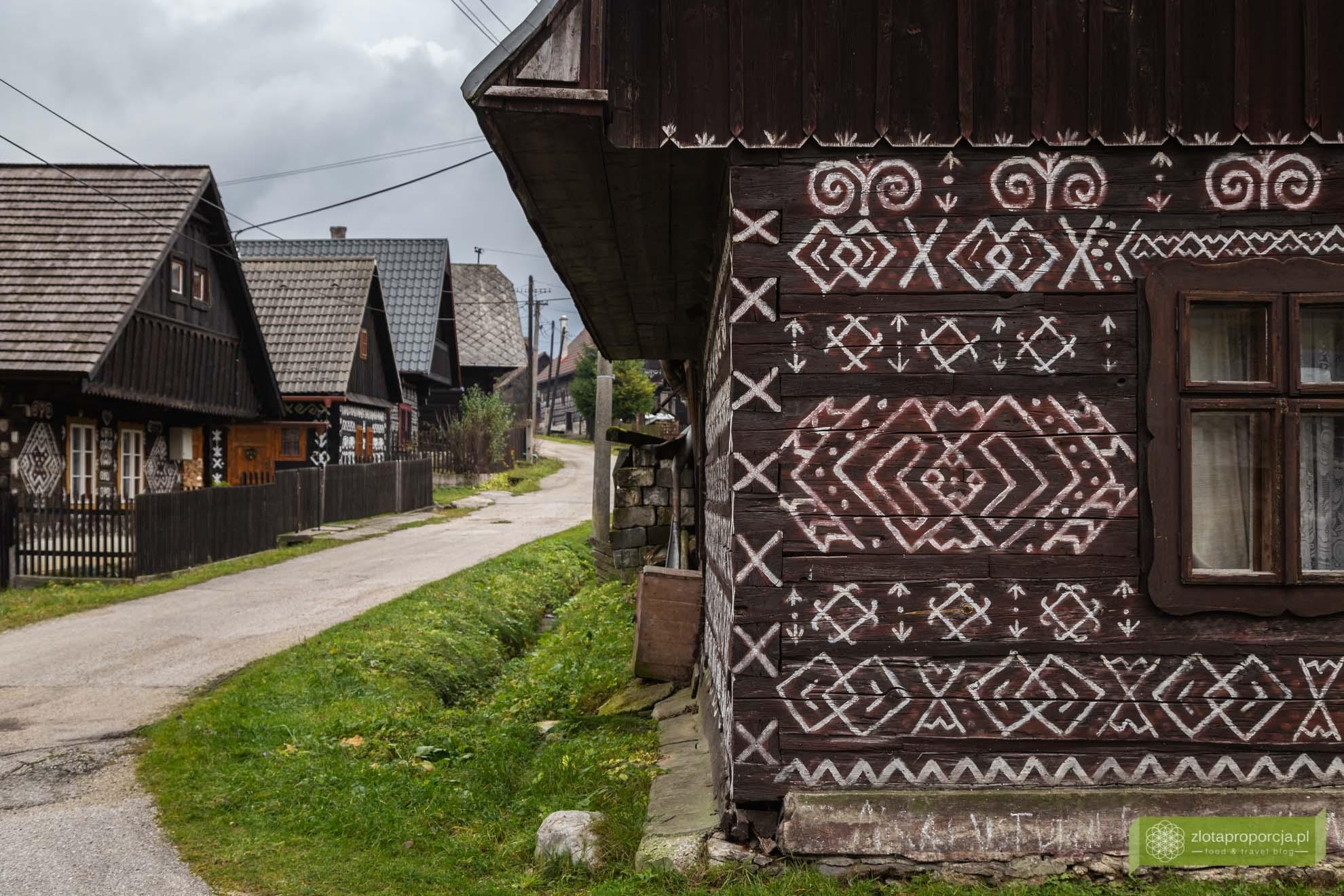 Cicmany; Cziczmany; Dolina Rajecka; Słowacka; atrakcje Słowacji; Čičmany; okolice Żyliny; Góry Strażowskie' Mała Fatra; tradycyjne słowackie chaty; Słowacja tradycje; Čičmany skansen; skansen Słowacja;