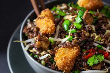 ryż smażony po tajsku; czerwony ryż; ryż smażony z panierowanym dorszem; ryż smażony z tofu; kuchnia tajska; potrawy tajskie;