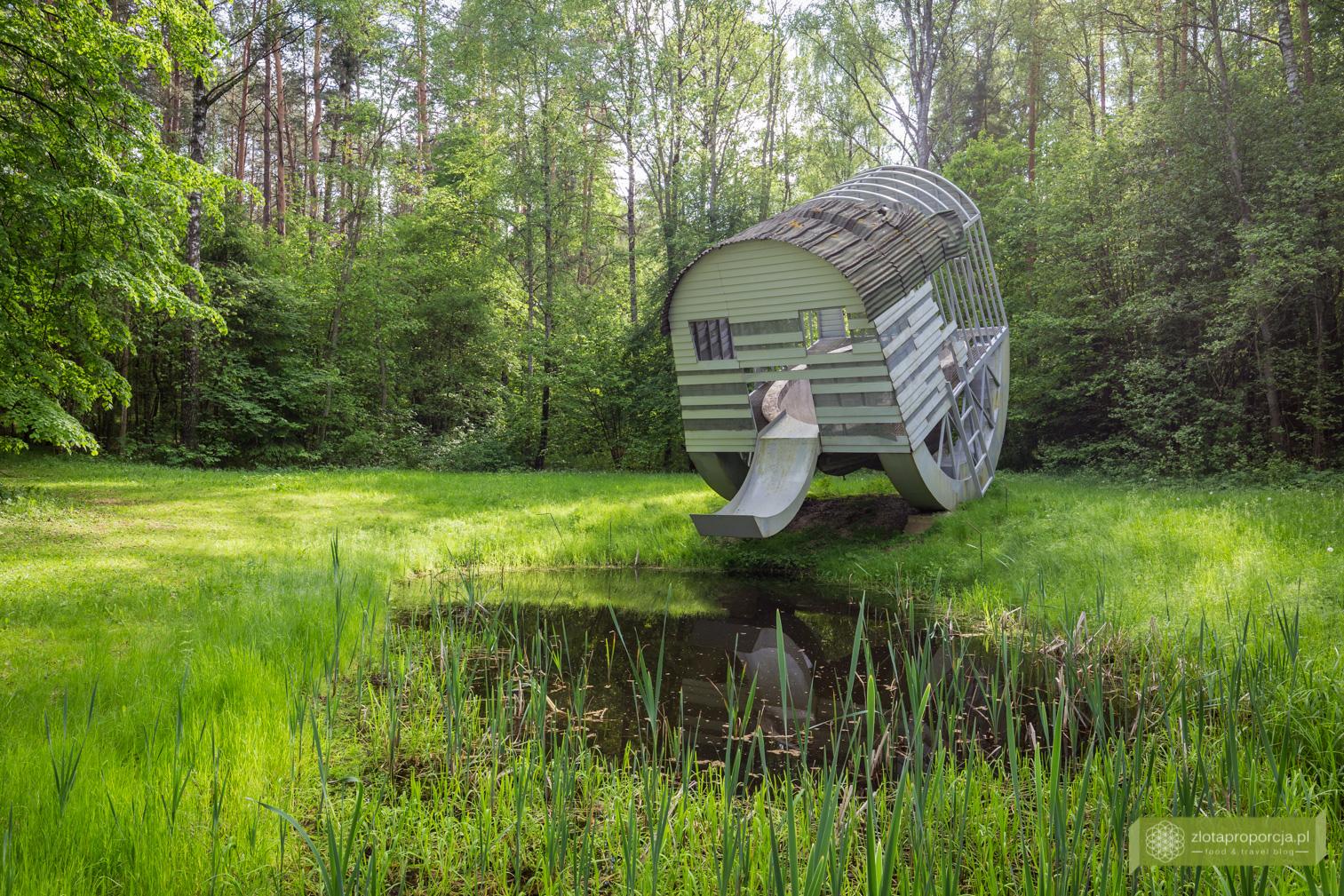 Park Europy, Wilno, okolice Wilna, Litwa, atrakcje Litwy, rzeźby, Pijąca struktura z basenem w kształcie nerki, Dennis Oppenheim