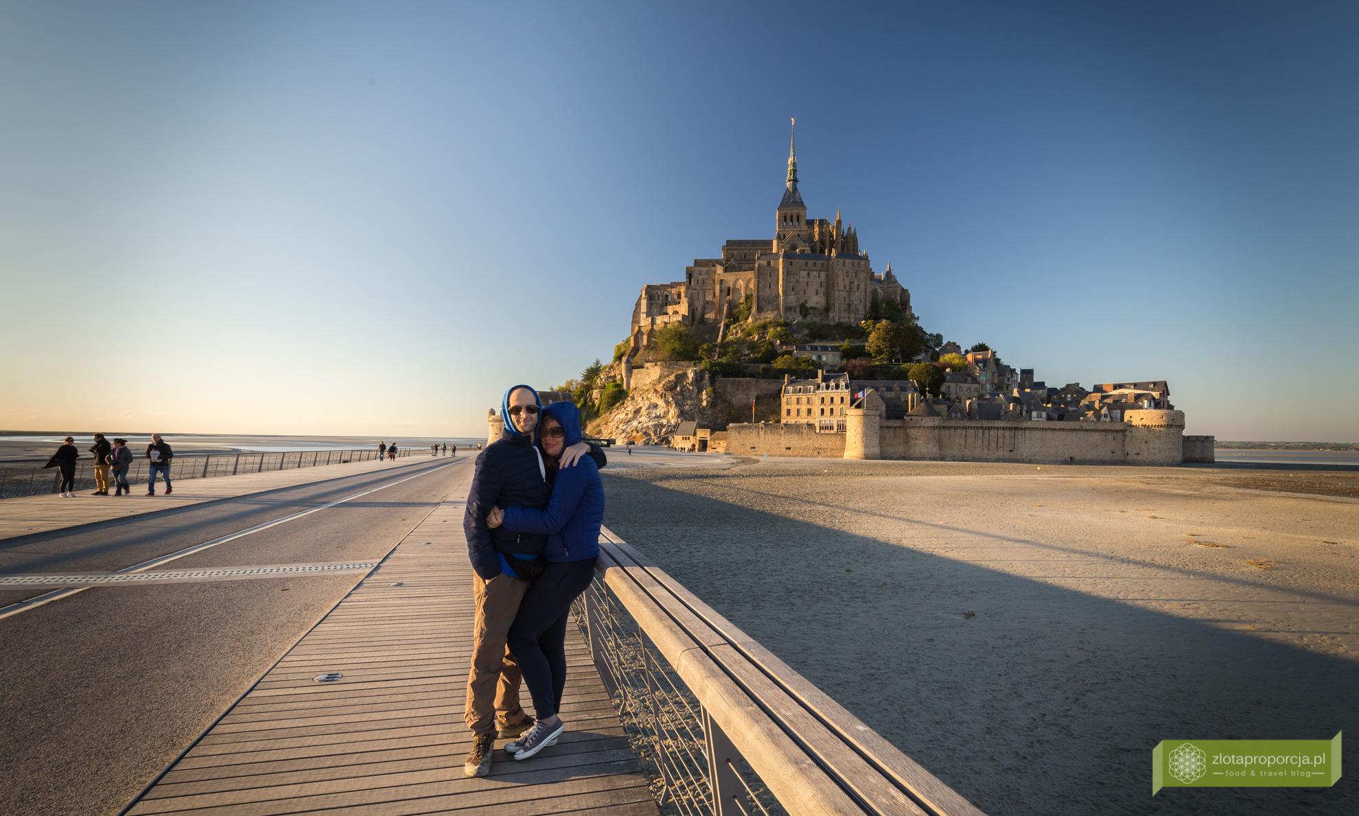 Mont Saint-Michel, opactwo Mont Saint-Michel, Normandia, atrakcje Normandii, plaża przy Mont Saint-Michel, pływy, grobla