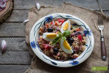 sałątka nicejska z ryżem, sałątka z tuńczykiem, kuchnia francuska, kuchnia Prowancji, przepis na sałatkę nicejską;