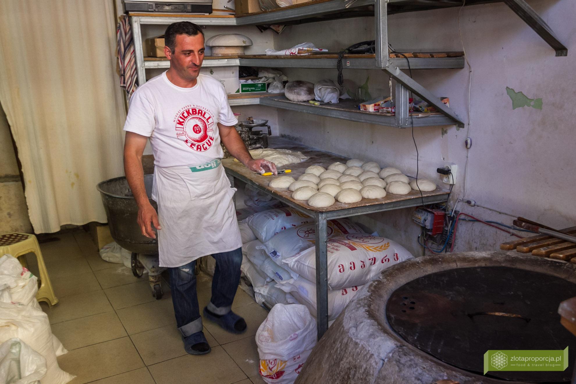 Gruzja, kuchnia gruzińska, gruzińskie potrawy, co zjeść w Gruzji; gruzińskie chlebki