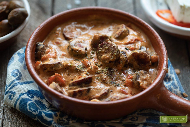 Loukaniko saganaki, kuchnia grecka, kuchnia cykladzka, kuchnia Milos, co zjeść na Milos, greckie potrawy, kiełbasa smażona z fetą, kiełbasa po grecku; kiełbasa smażona po grecku