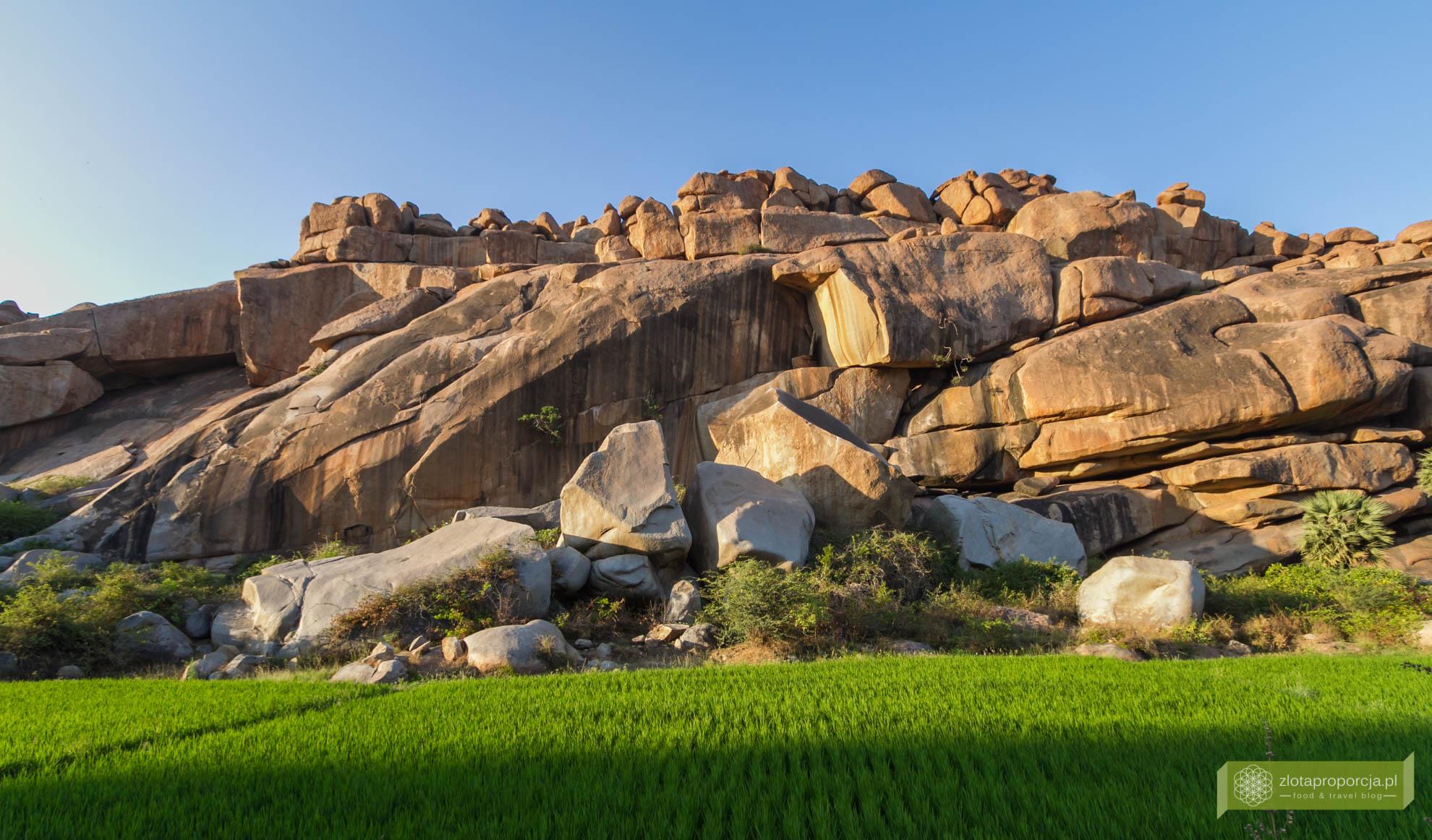 Hampi, Karnataka, Indie, zwiedzanie Hampi, okolice Goa, Indie ciekawe miejsca, Karnataka atrakcje, kamienne stosy w Hampi w Hampi