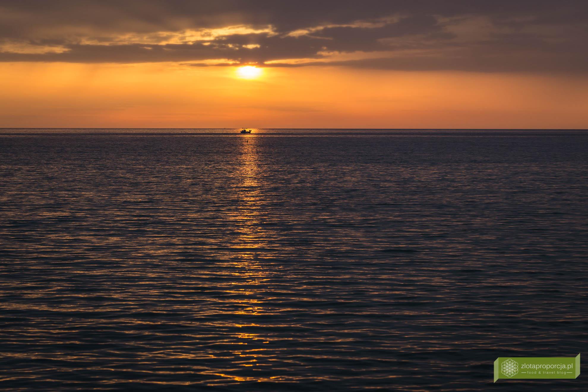 Sifnos, Cyklady, Grecja, Greckie wyspy; Wyspa Sifnos; Cyklady ciekawe miejsca; Kamares, zachód Słońca Kamares;