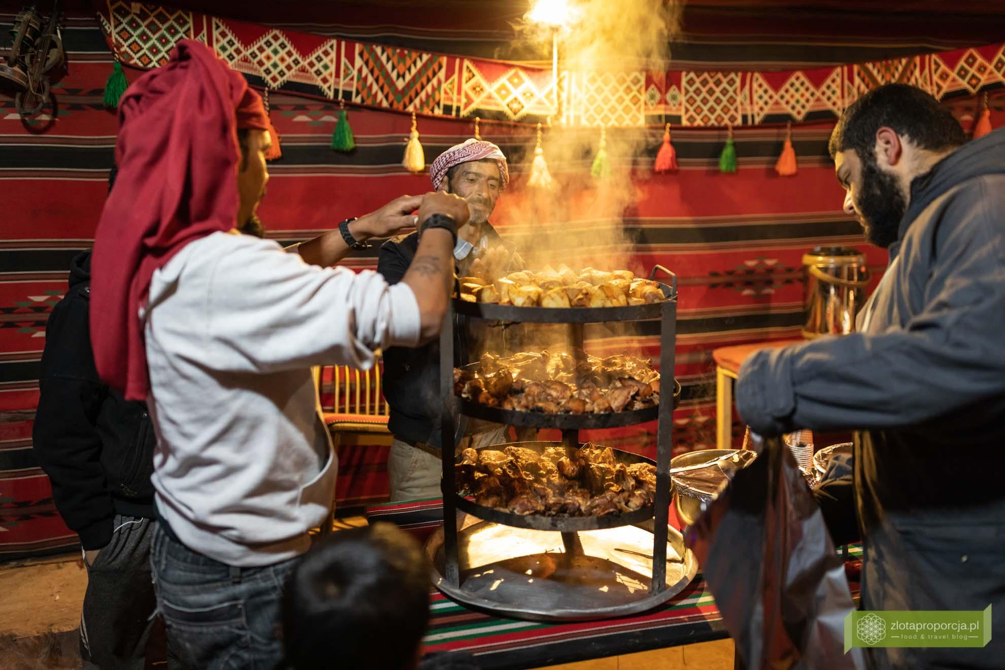 Jordania; Wadi Rum, pustynia Wadi Rum, pustynia w Jordanii; Beduini Jordania; kuchnia Jordanii, zarb, beduiński grill, jedzenie w Jordanii;
