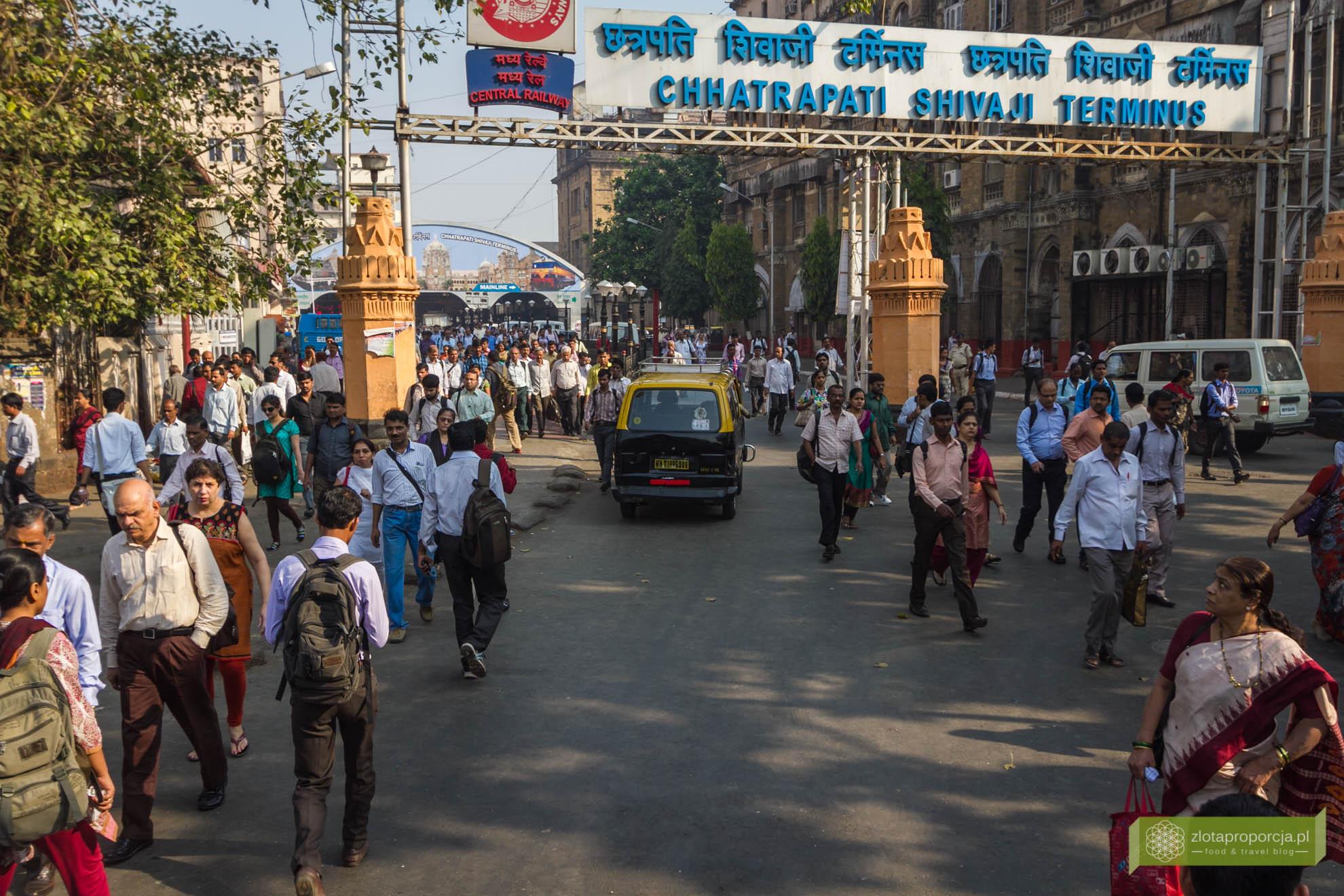 Mumbaj, Indie, Bombaj; Mumbaj zabytki, Mumbaj zwiedzanie; życie w Mumbaju, na ulicy w Mumbaju