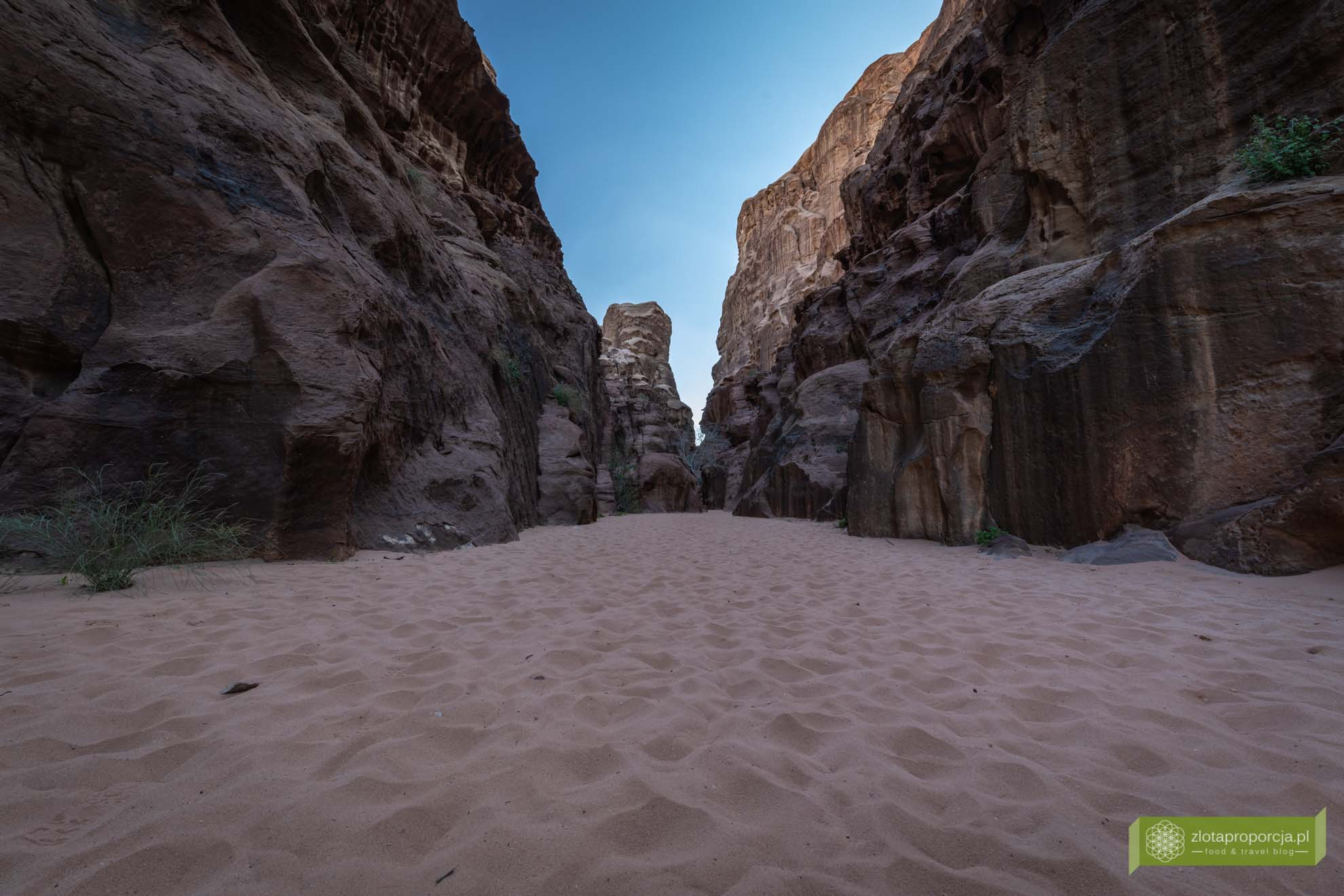 Wadi Rum, pustynia Wadi Rum, Jordania, pustynia Jordania; Wadi rum wycieczka, Wadi Rum zwiedzanie, Jordania atrakcje; Kanion Abu Khashaba, Kanion Wadi Rum;