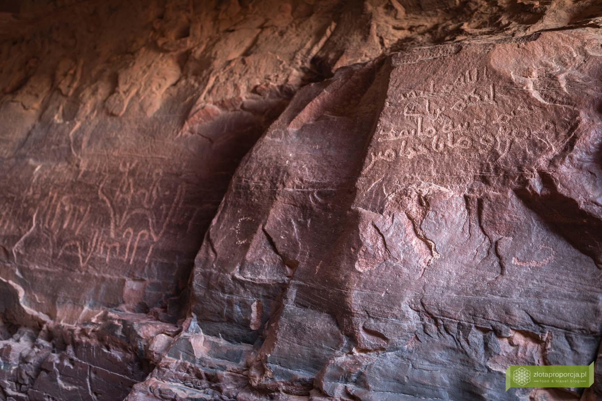 Wadi Rum, pustynia Wadi Rum, Jordania, pustynia Jordania; Wadi rum wycieczka, Wadi Rum zwiedzanie, Jordania atrakcje; Kanion Khazali; inskrypcje Nabatejczyków; Wadi Rum inskrypcje Nabatejczyków;