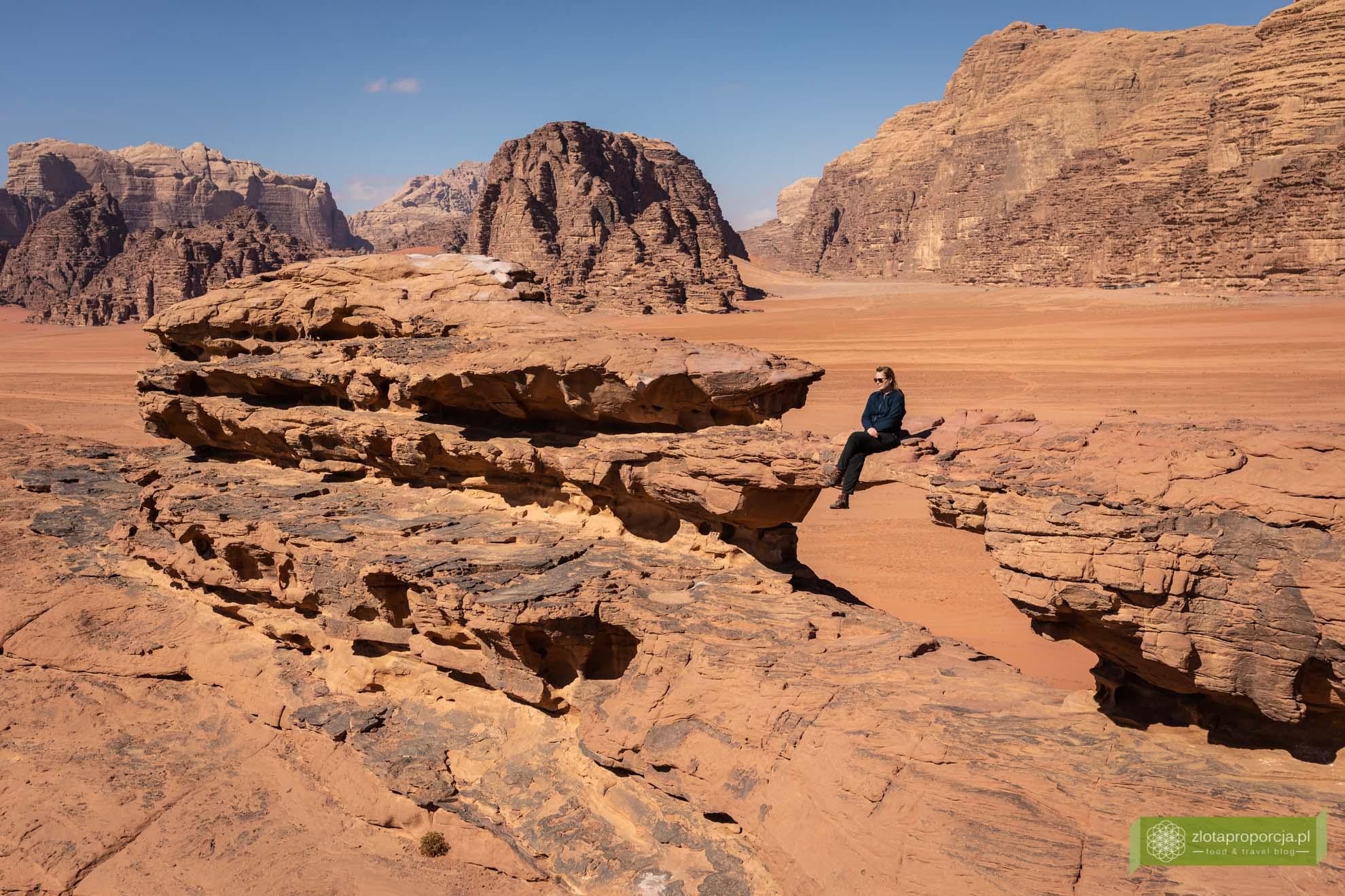 Wadi Rum, pustynia Wadi Rum, Jordania, pustynia Jordania; Wadi rum wycieczka, Wadi Rum zwiedzanie, Jordania atrakcje; Mały łuk skalny;