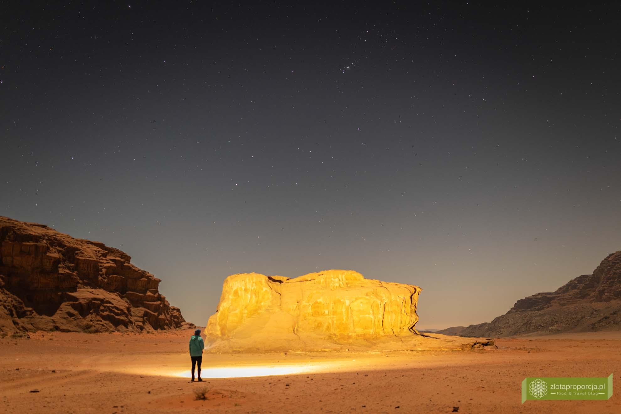 Wadi Rum, pustynia Wadi Rum, Jordania, pustynia Jordania; Wadi rum wycieczka, Wadi Rum zwiedzanie, Jordania atrakcje; Wadi Rum nocą, pustynia nocą, Wadi Rum gwiazdy, Wadi Rum niebo;