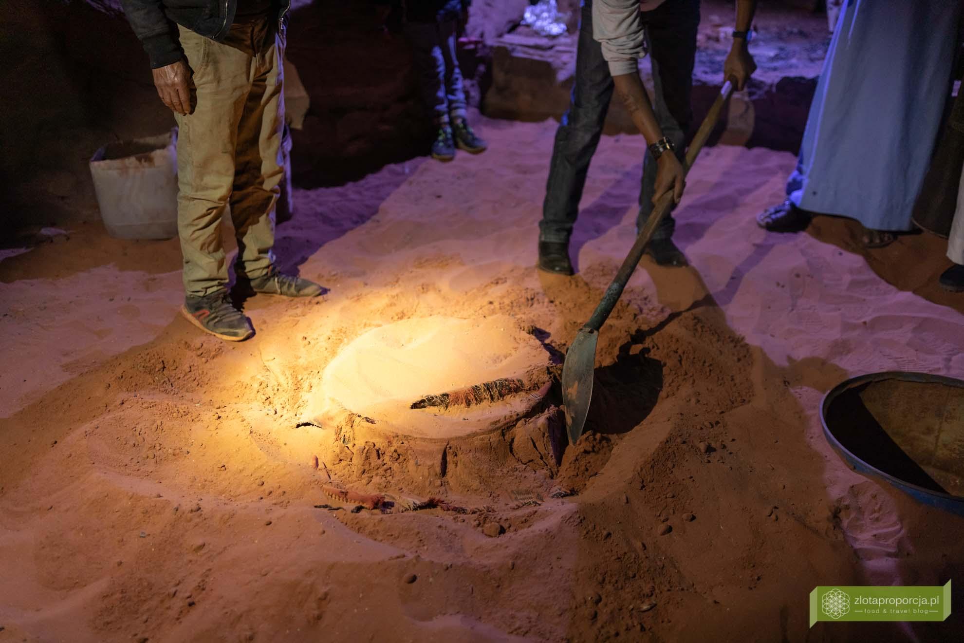 Jordania, pustynia Jordania; Jordania atrakcje; zarb, grill beduiński, Beduini, kuchnia Beduinów, kuchnia Jordanii, grill na pustyni, pustynny piec;