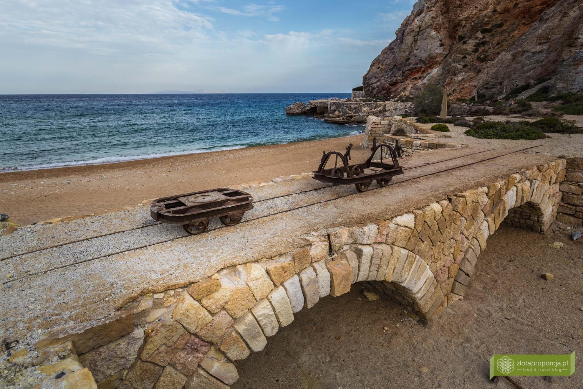 Paliorema; kopalnia siarki Milos; wyspa Milos; Cyklady; opuszczona kopalnia Paliorema; opuszczona kopalnia Milos; plaża Paliorema; plaże Milos;