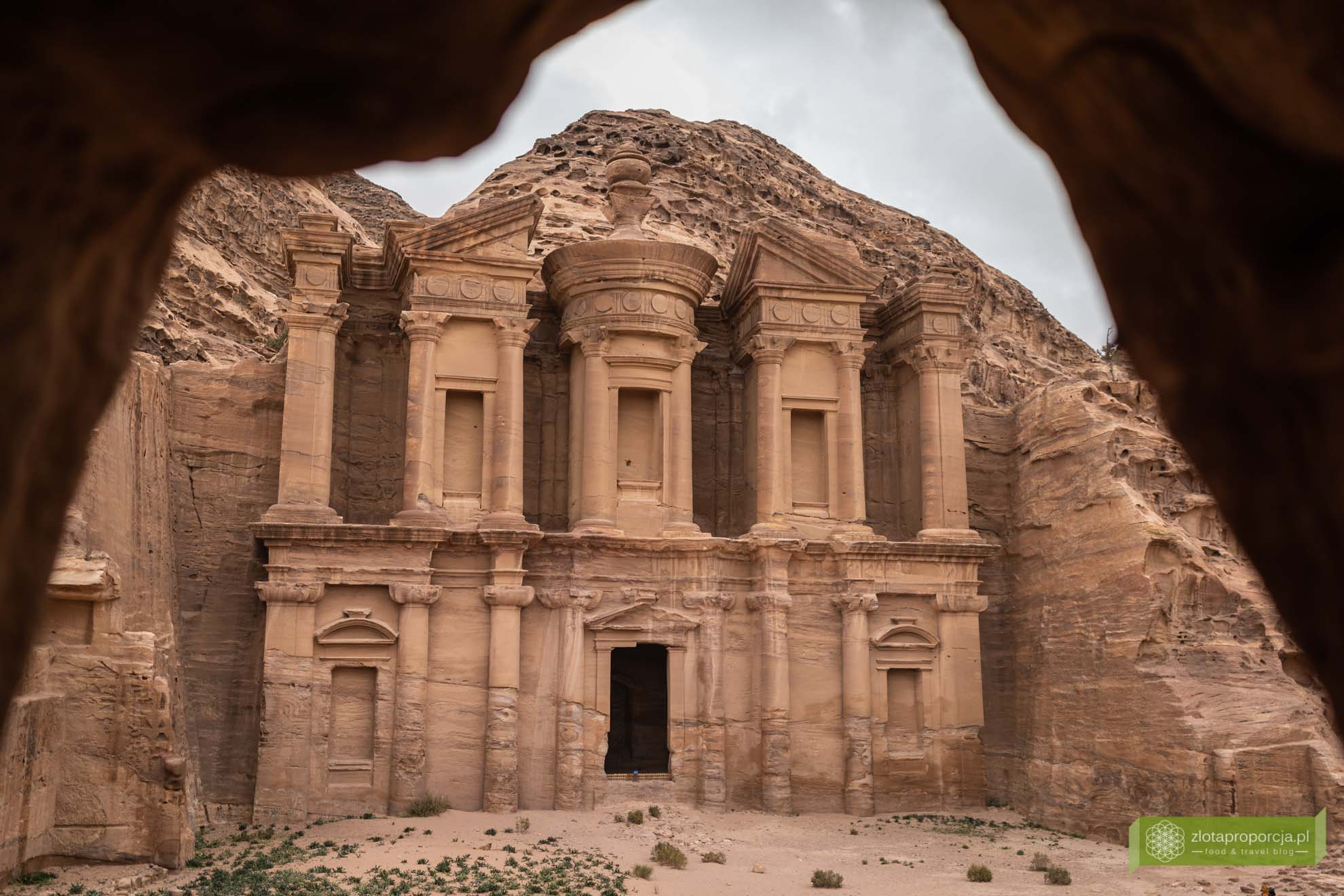 Petra; Jordania; atrakcje Petry; miasto wykute w skale; Petra Jordania; Petra cud świata; miasto Nabatejczyków; Klasztor Petra; Ad Dajr; Klasztor punkt widokowy jaskinia
