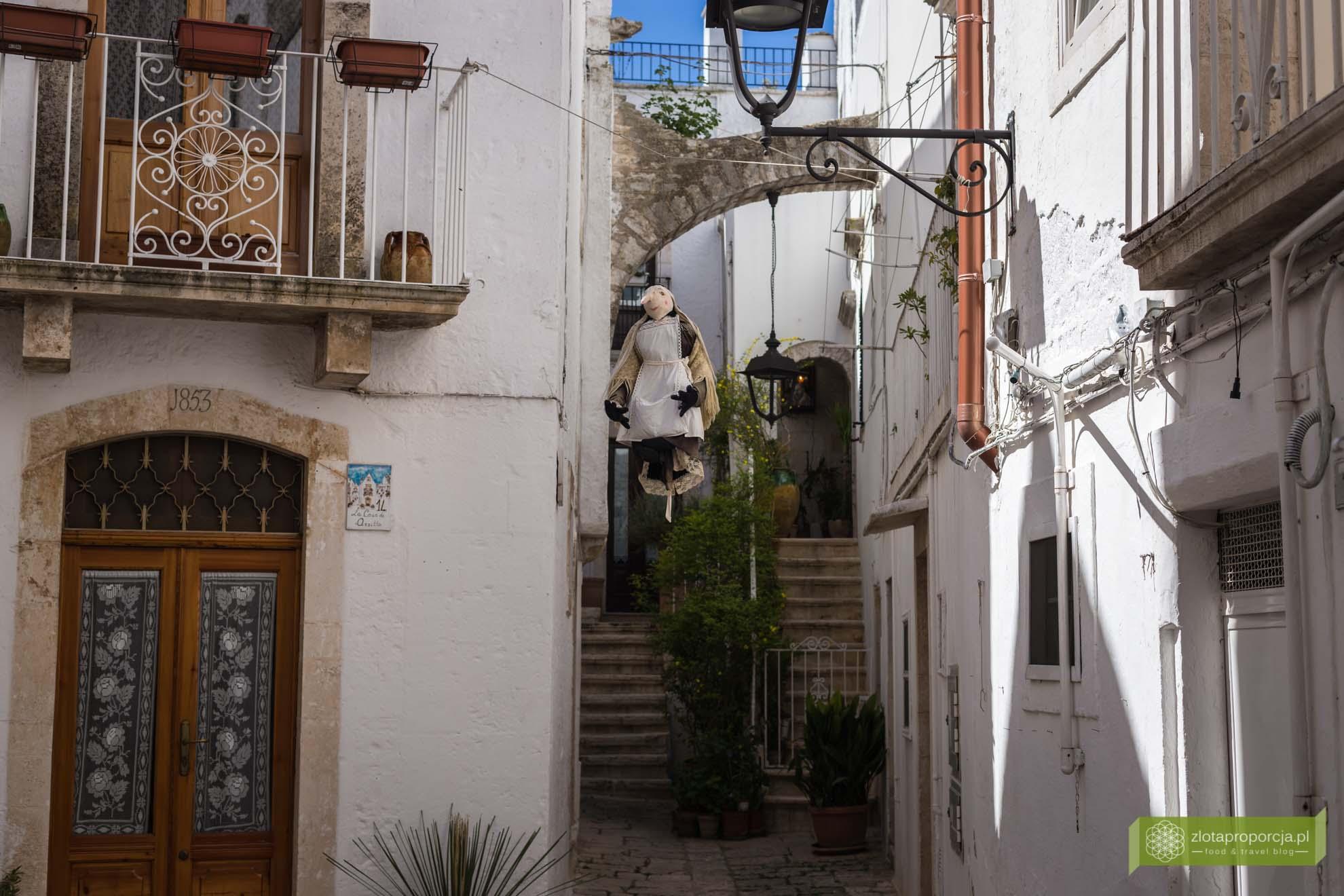 Locorotondo; Apulia; Bambole; Wielkanoc we Włoszech; Wielkanoc w Apulii; wielkanocne tradycje we Włoszech; wiszące czarownice