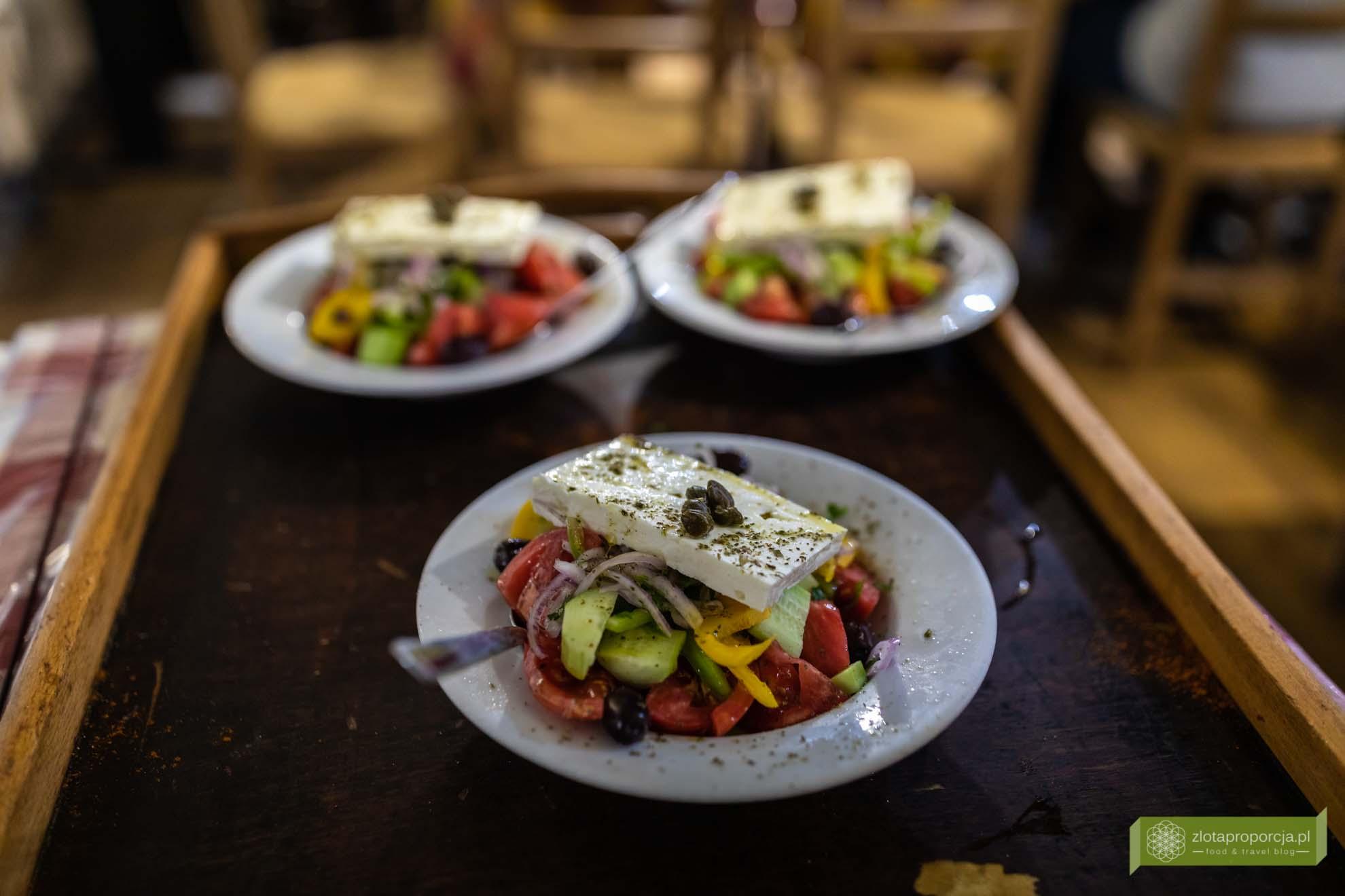 sałatka grecka; horiatiki salata; sałatka grecka z fetą; kuchnia grecka; potrawy greckie; tradycyjna sałatka grecka;