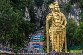 Jaskinie Batu; Batu Caves; Kuala Lumpur; atrakcje Kuala Lumpur; Malezja; Jaskinia Świątynna; posąg Murugana; Murugan Batu Caves; Murugan jaskinie Batu; kolorowe schody jaskinie Batu; jaskinie Kuala Lumpur;