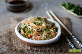 sałatka z makaronem vermicelli i warzywami; makaron vermicelli przepis; sałatka z makaronem vermicelli; azjatycka sałatka;