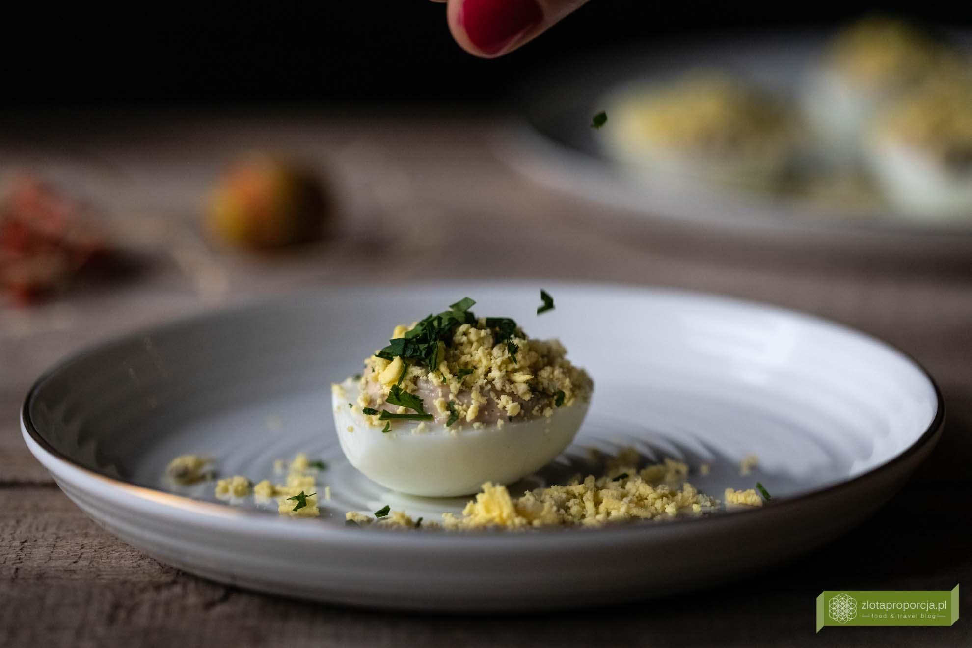 jajka mimoza; jajka faszerowane; jajka faszerowane tuńczykiem; jajka faszerowane z tuńczykiem; jajka pod pierzynką; jajka wielkanocne; potrawy świąteczne; potrawy wielkanocne; uova mimosa